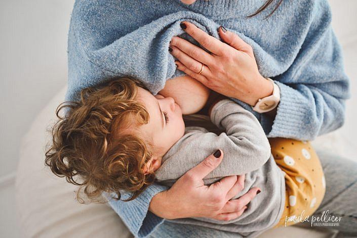 fotografia familia barcelona lactancia materna